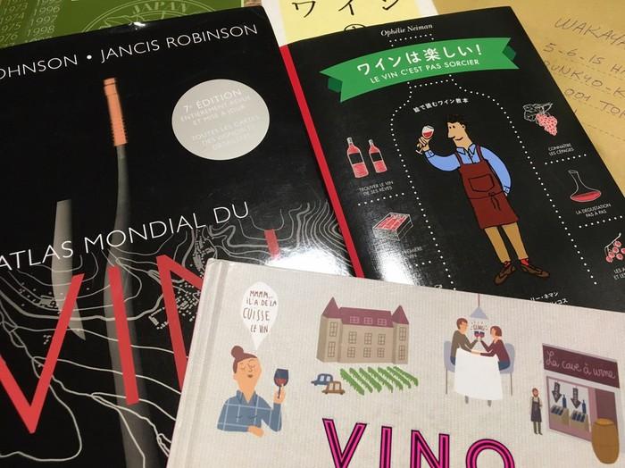 東京都文京区千駄木のケープルヴィル写真館&カフェで開催のワイン会にはワインエキスパートの講師を招いて有機ワインの試飲会を行います。美味しそうなワインボトルが並びます。