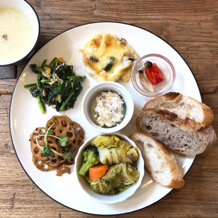 東京文京区千駄木のおしゃれな古民家カフェ、ケープルヴィルで人気のデリランチプレートは、野菜たっぷりな欧州風ごはんが評判で、予約も受付。