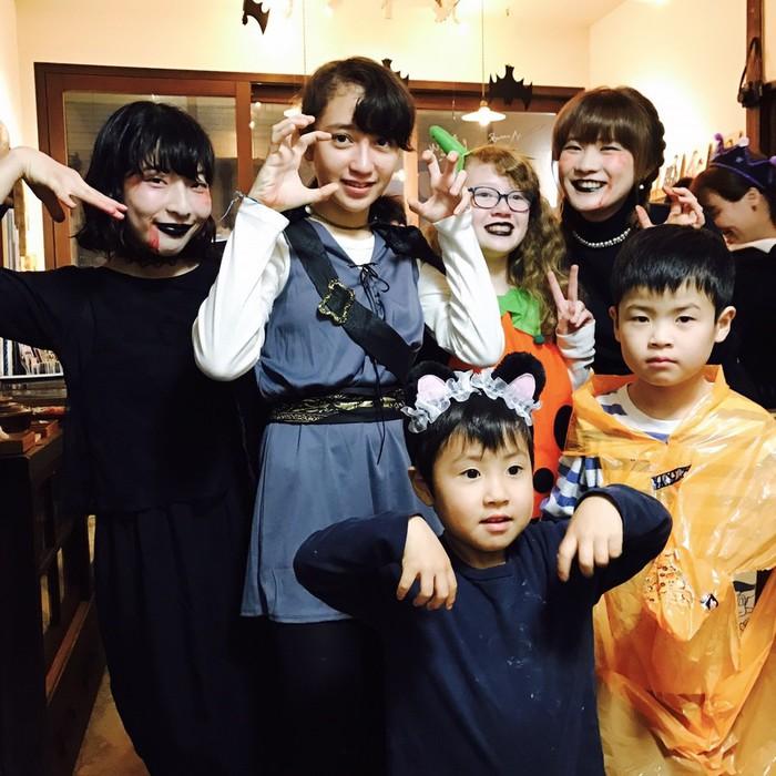 千駄木の古民家カフェケープルヴィルにハロウィーンの仮装をしたお客様とスタッフが集まってパーティーをしたときの記念撮影。