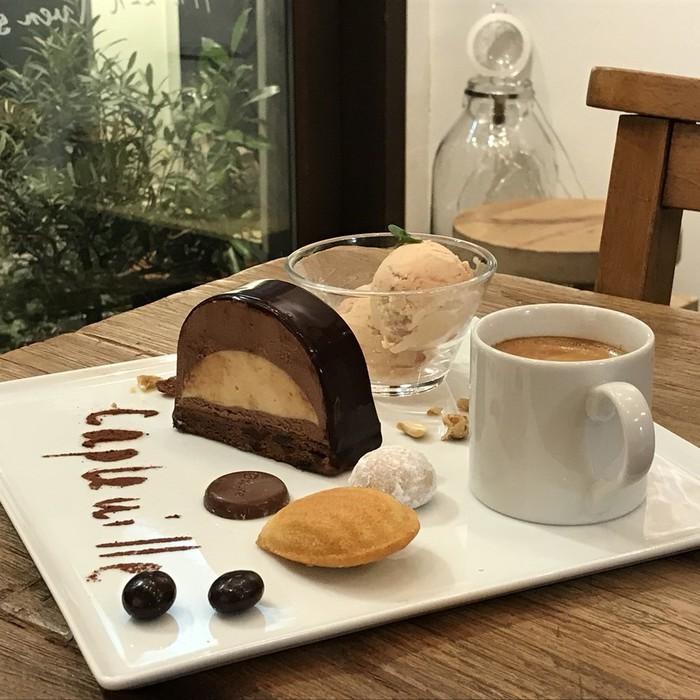 東京・文京区のカフェ、ケープルヴィルでは濃厚なチョコレートにラムの香りがきいた大人のスイーツをご用意しています。