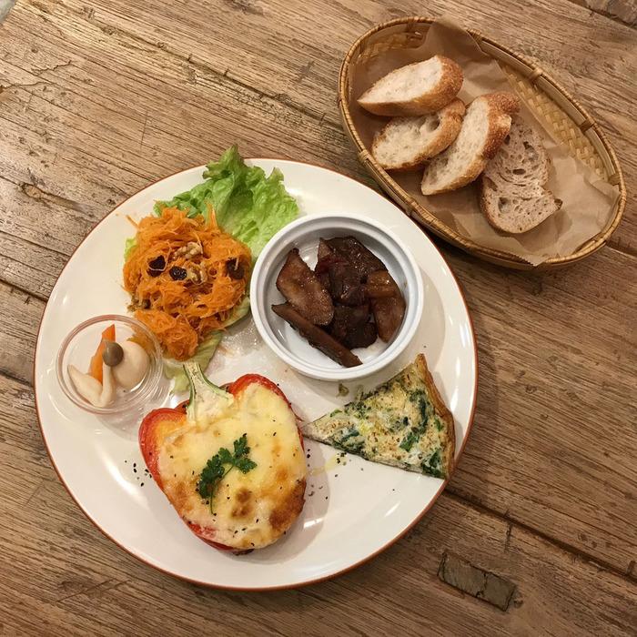 東京・文京区千駄木の人気カフェ、ケープルヴィルの春のメニューもデリプレートが一番人気。美味しくて、野菜たっぷり。