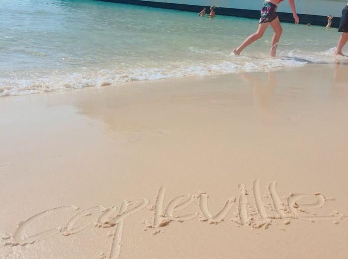 ケープルヴィルと美しい砂浜に書かれた文字