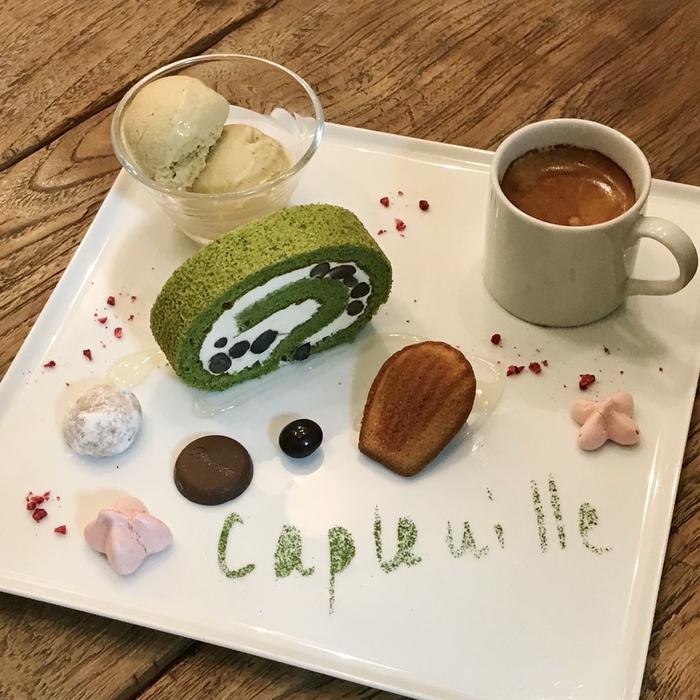 千駄木のカフェ・ケープルヴィルの人気自家製デザート、カフェ・グルマン。デザートの盛り合せです。今月のメインは抹茶のロールケーキ。