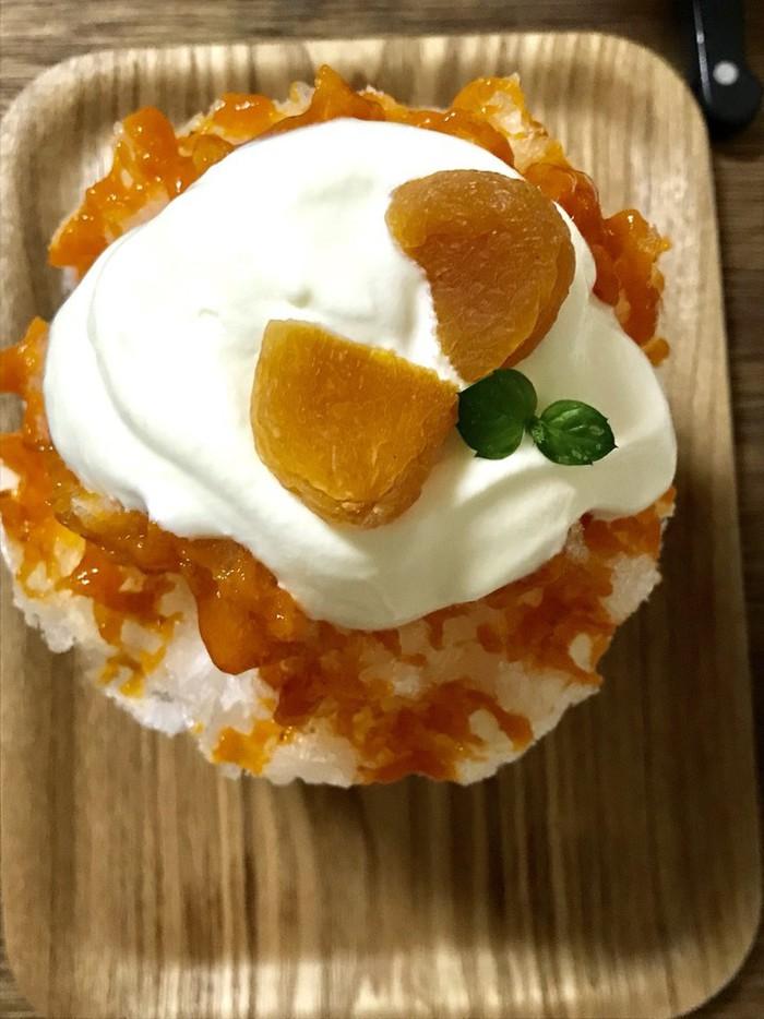 かき氷 人気のかき氷に一種類仲間がふえました。有機杏のシロップがたっぷりとかかった美味しいかきごおり。
