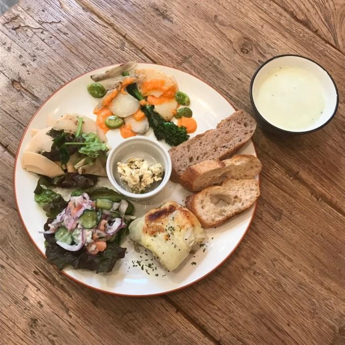 文京区千駄木の、谷中ぎんざ近くの隠れ家古民家カフェケープルヴィルのおいしいランチはデリランチプレートが人気です。