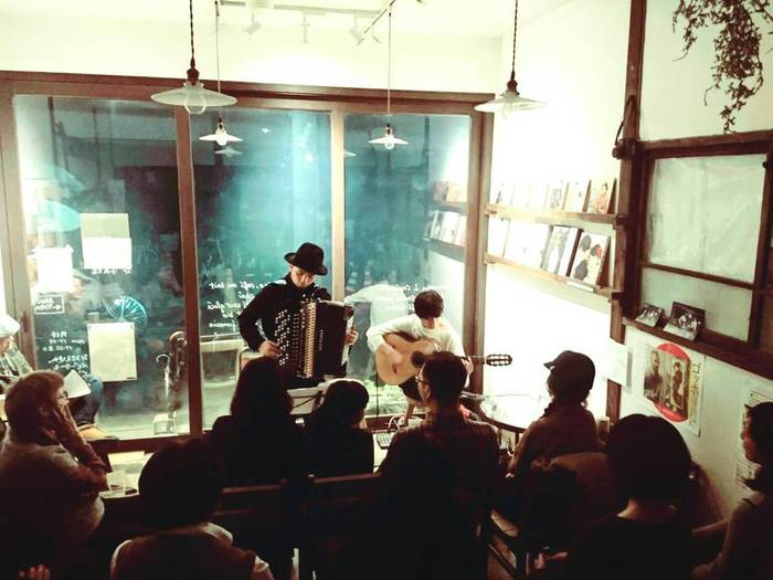 東京都文京区千駄木のカフェ、ケープルヴィルでは月に1度程度カフェライブが行われ、音楽好きのお客様が集まり、音楽を楽しむ。