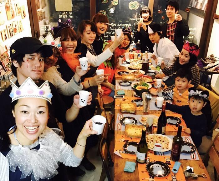 東京都文京区千駄木の古民家カフェ、ケープルヴィルに集まったお客様とスタッフのハロウィーンパーティー