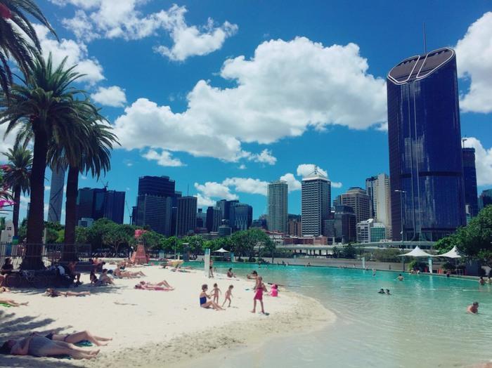 オーストラリア、ブリスベンのサウスバンク近くのビーチの景色。砂浜と青空、ヤシの木。
