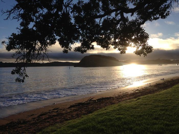 ニュージーランドの海岸のサンライズの風景。太陽の明かりが美しい写真。