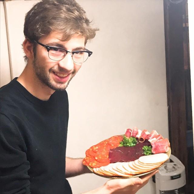 フランス人留学生のトマ、千駄木のケープルヴィルでフランス語でカフェやフランス語レッスンを担当