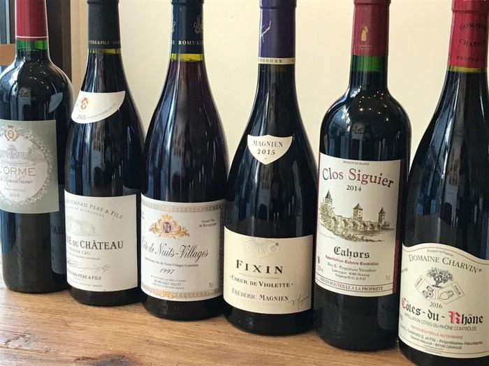 美味しいフランスワインがセレクトされて、ソムリエの準備したワインが揃っています。常時30種類のボトル、グラスでは10種類をテイスティングできる東京文京区のワインカフェ。