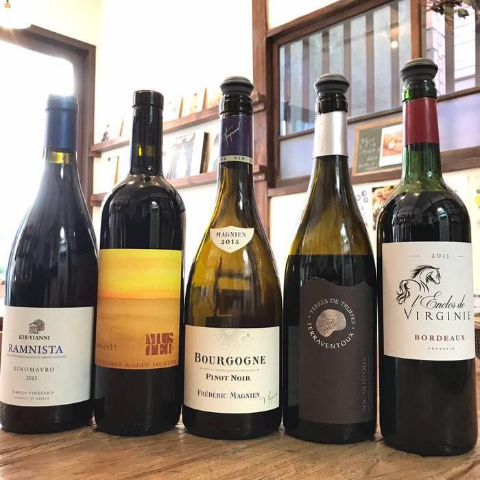赤ワインのボトルが文京区谷中の谷根千地区のワインカフェにずらり。