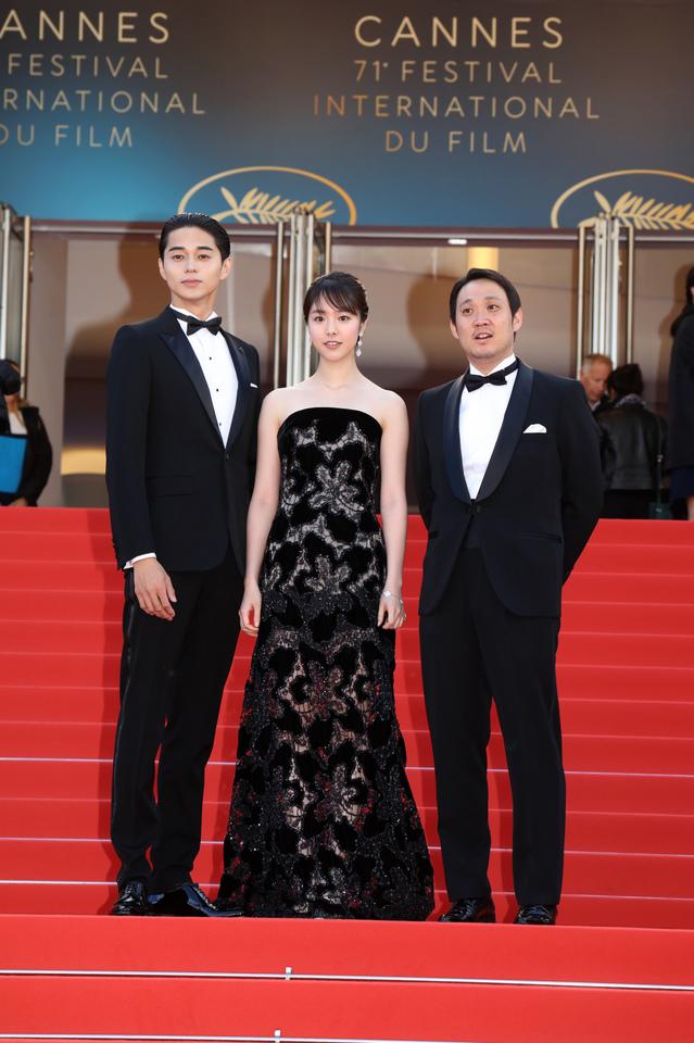 カンヌ映画祭に、日本から唐田えりか、東出昌大がきて赤絨毯に登場。