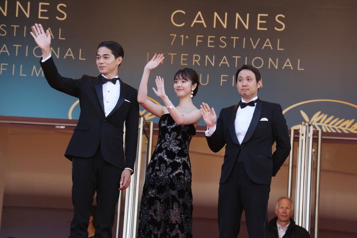 フランス・71回目のカンヌ映画祭の正式上映の赤絨毯で手を振る東出昌大、唐田えりか、濱口竜介監督。