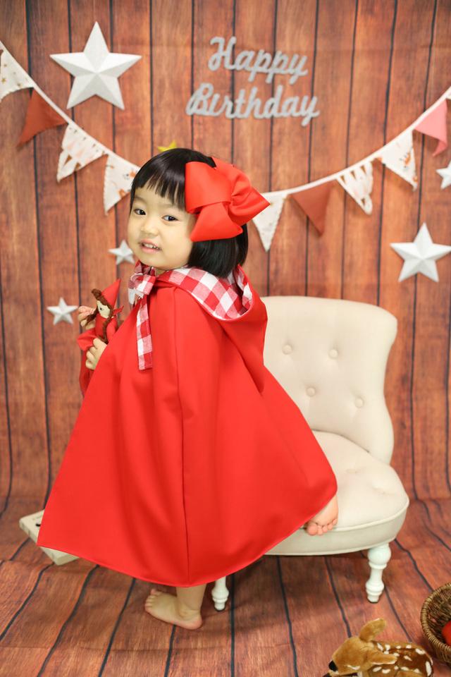 赤ずきんちゃんの衣装は、ケープルヴィル写真館オリジナルのもの。レンタルは無料でできます。2−3歳用と3−4歳用のものがあります。