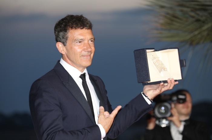 カンヌ映画祭の最優秀男優賞を受賞のアントニオ・バンデラス。フォトコール会場にて。
