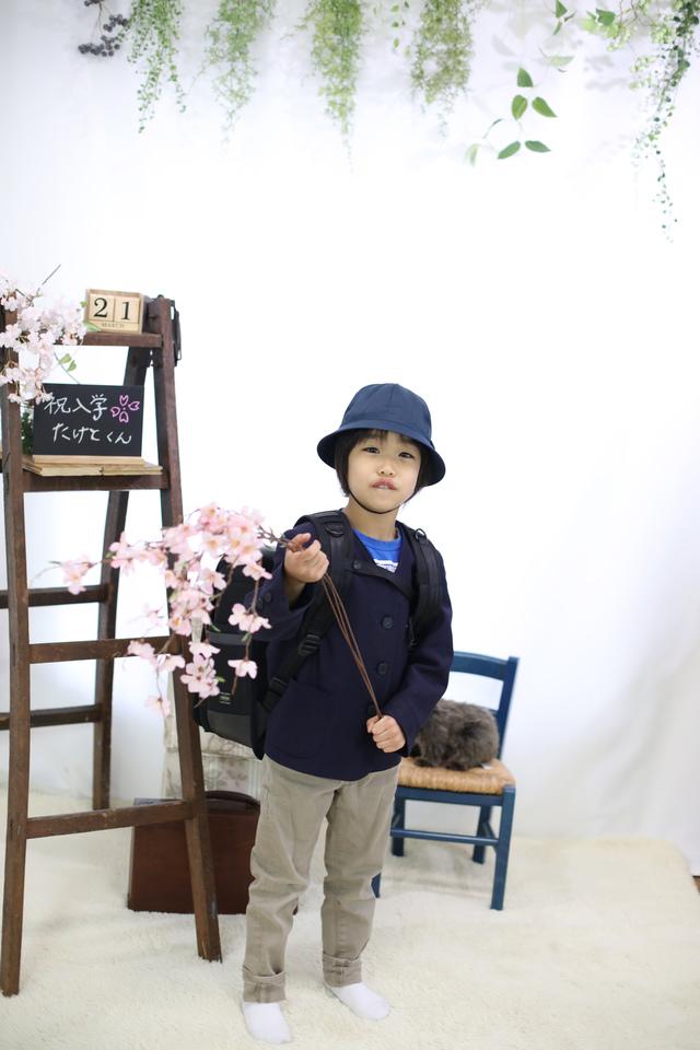 小学校の新しい制服をきて、帽子をかぶってフォトスタジオで撮影