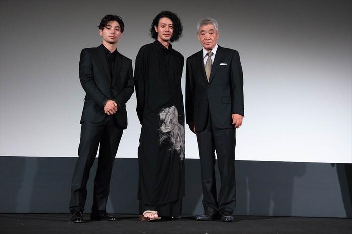 オダギリジョー監督作品「ある船頭の話」で登壇のオダギリジョー、村上虹郎、柄本明。