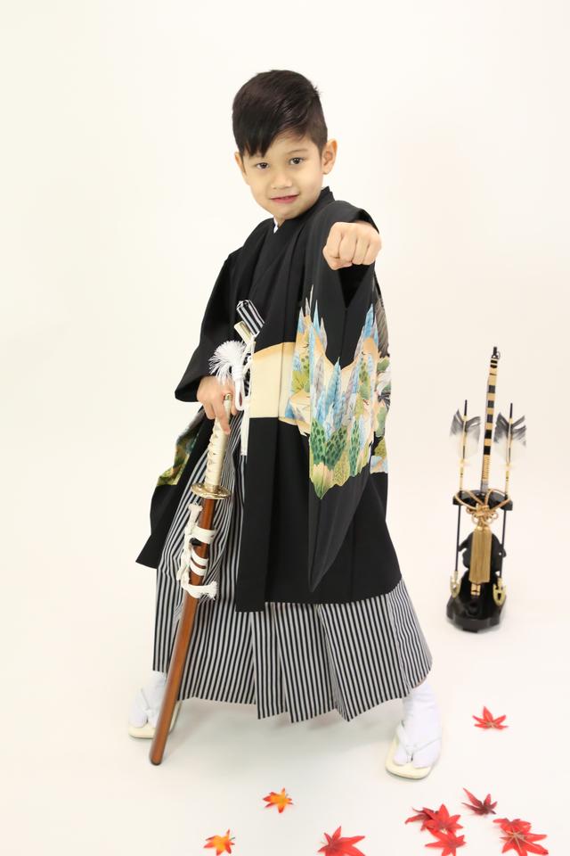 東京都文京区の写真館、ケープルヴィルのフォトスタジオでは5歳の男の子は格好良いポーズを決めながらの撮影。