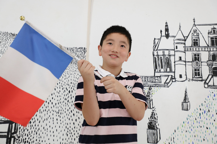 10歳バースデーにフランス国旗をふりながら記念撮影