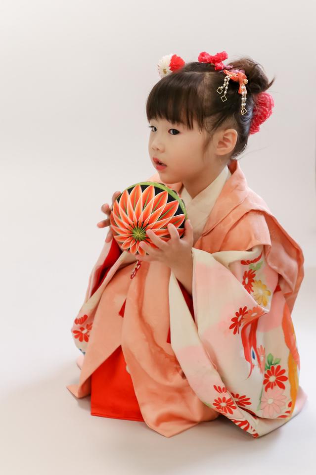 東京・文京区千駄木の古民家一軒家の写真館、ケープルヴィルのフォトスタジオで3歳と5歳の七五三撮影。撮影小物もレトロで素敵に。