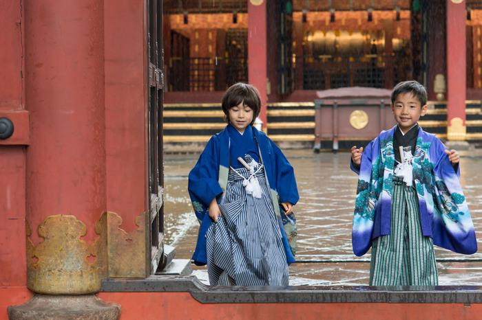 あいにくの雨の中でも文京区の根津神社では出張写真撮影ができます。ケープルヴィルのフォトグラファーはどんなシチュエーションでも絵にしてしまいます。