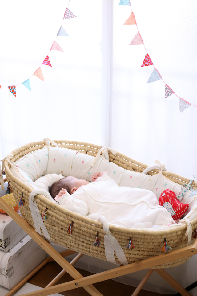 窓際のクーファンに寝せられて、すやすやと眠る赤ちゃん撮影。ケープルヴィルのフォトスタジオで。