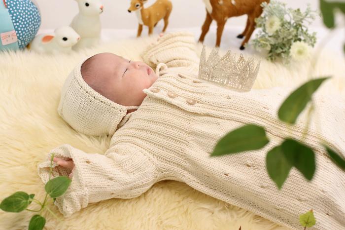 洋風の部屋ですてきな飾りやぬいぐるみと一緒に、赤ちゃんの特別な写真撮影。すやすや眠って。