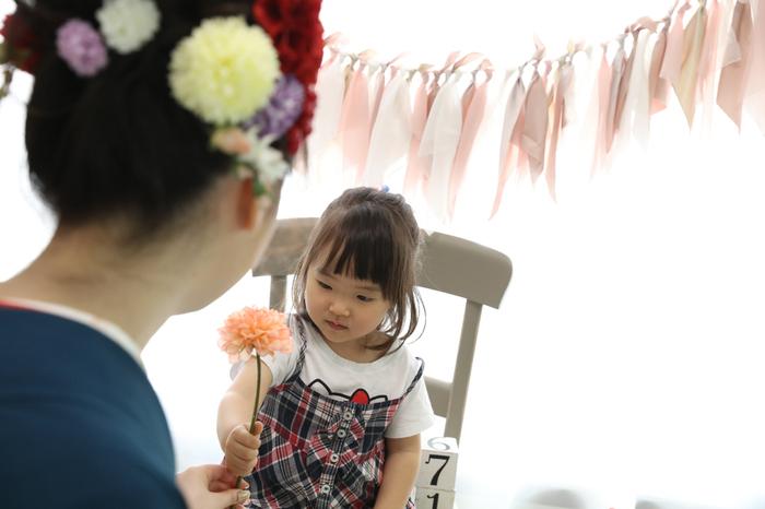 成人式のおねえちゃんをうれしそうに見つめる妹さん