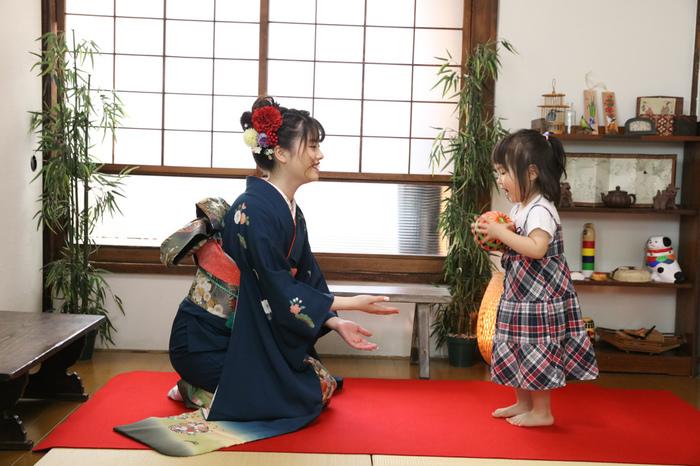 姉妹で手鞠をなげて遊ぶ姿が可愛らしい