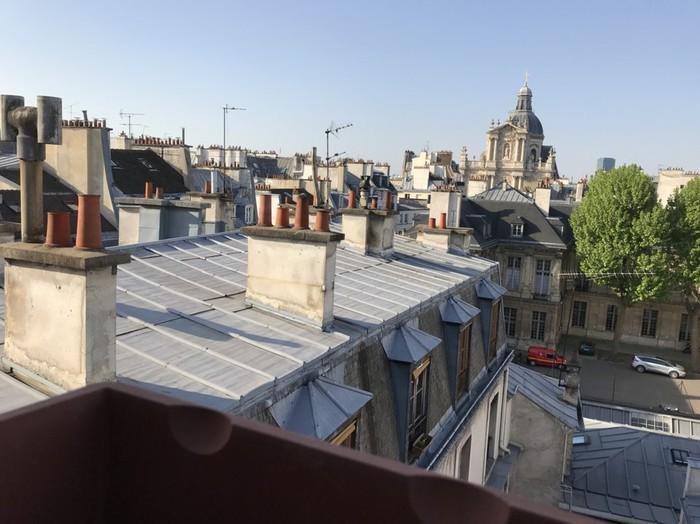 フランス・パリの屋根裏の有名な風景が青い空に広がる。