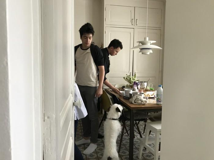 パリ パティシエを目指す男の子がキッチンで練習中