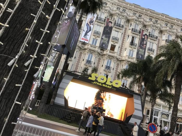 カンヌのクロワゼット通りに面したカールトンホテルの前にあるスターウォーズの宣伝