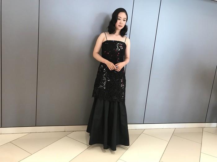 黒木華さん、黒いドレスに身を包んで正式上映に登場