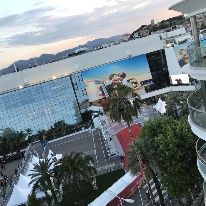 カンヌ映画祭の正式会場を上から見た風景。夕焼けが綺麗。