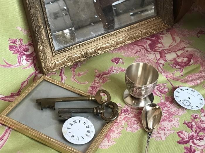 あかちゃんのスプーン、銀のコップなどフランスから輸入の撮影小物