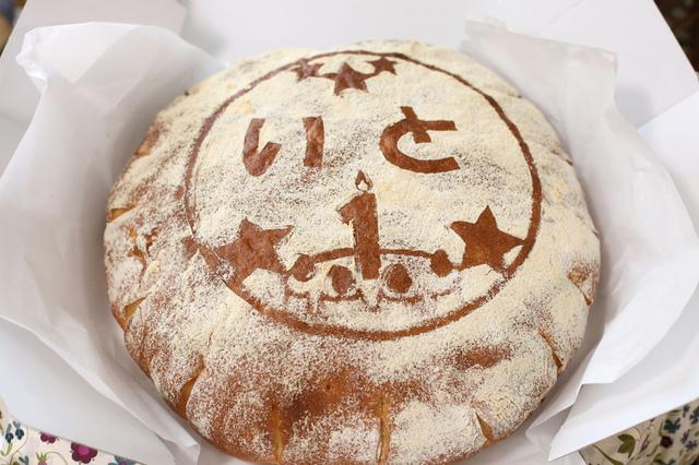 大きな丸いパンを1歳のバースデー記念に祈りをこめて