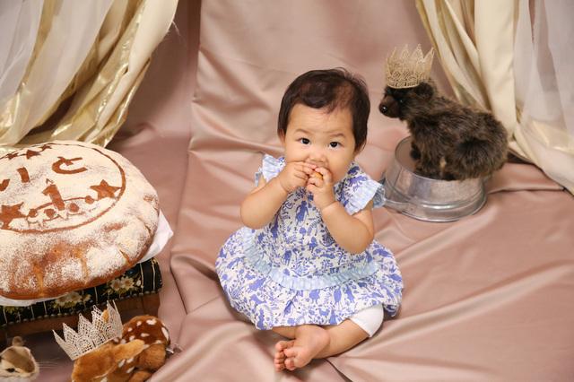 1歳のお誕生日撮影のときには一升餅ならぬ一升パンが最近みかけられるようになりました