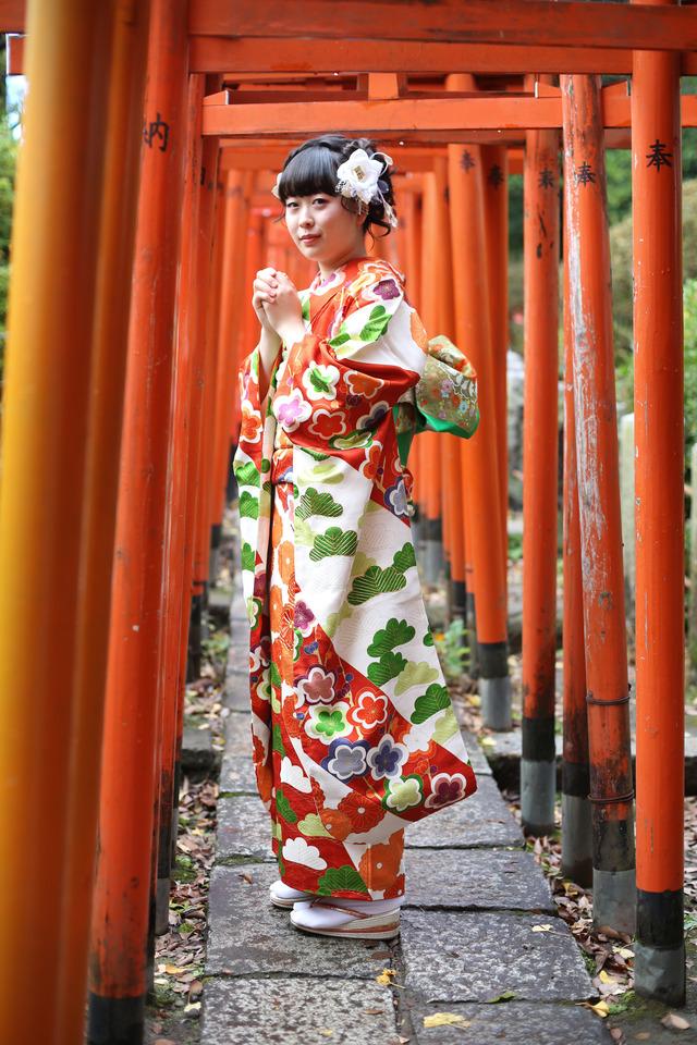 鳥居をくぐって自然な表情でポーズ。わたしらしい記念撮影を東京、文京区の人気のフォトスタジオ ケープルヴィルのベテラン女性カメラマンが撮影いたします。