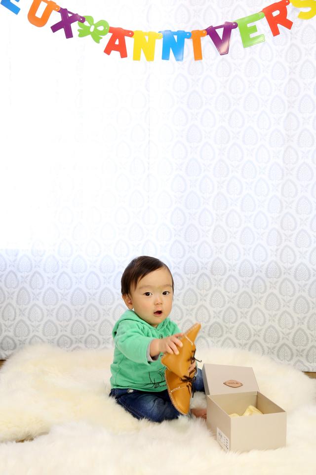 1歳バースデー。ファーストバースデーは家族で写真撮影をすると記念になりますね。写真集をケープルヴィル写真館ではおすすめしております。