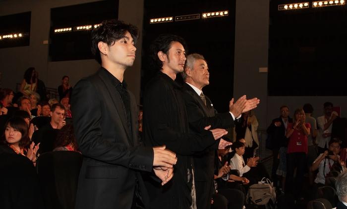 ベネチア映画祭の満席の会場から温かい拍手を受けるオダギリジョー監督。
