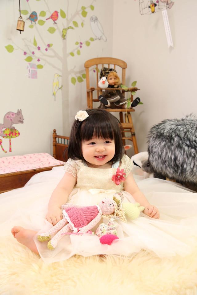 嬉しそうに撮影を愉しんでいる1歳の女の子、バースデーフォト。