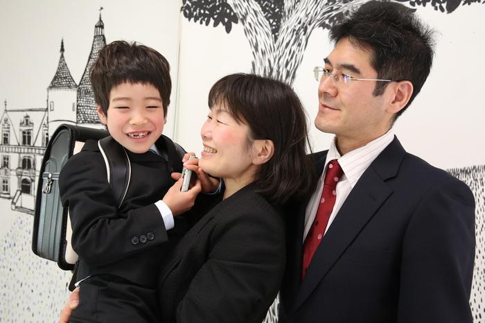 小学校の入学式の準備をして、スーツにランドセル姿で1年生のぴかぴかの写真撮影です。家族もおとうさん、おかあさんが揃って幸せな姿をやきつけましょう。