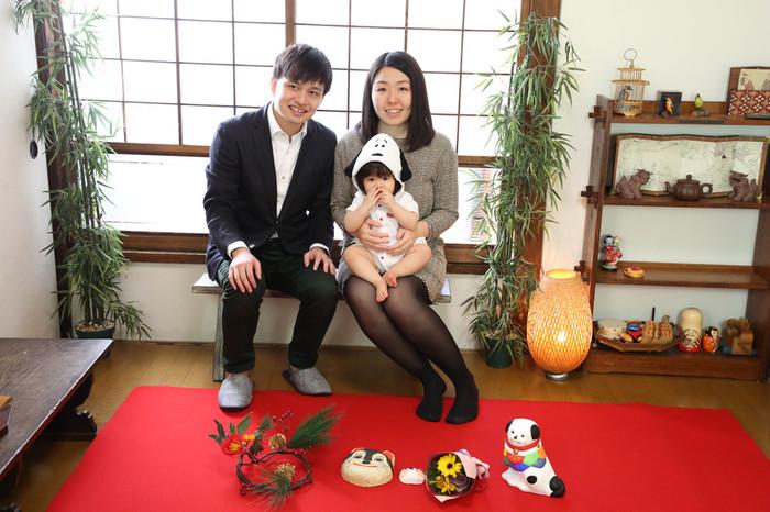 家族撮影を和室で。戌年らしい小物も紅い毛氈に載せて。