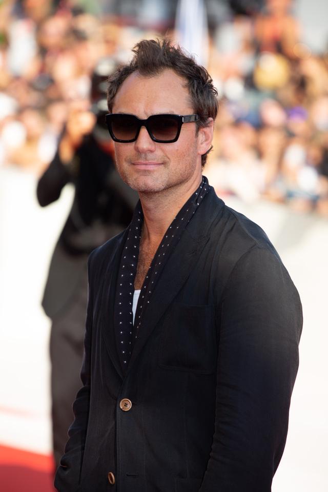 ジュード・ロウ、ベネチア映画祭の赤絨毯に登場。