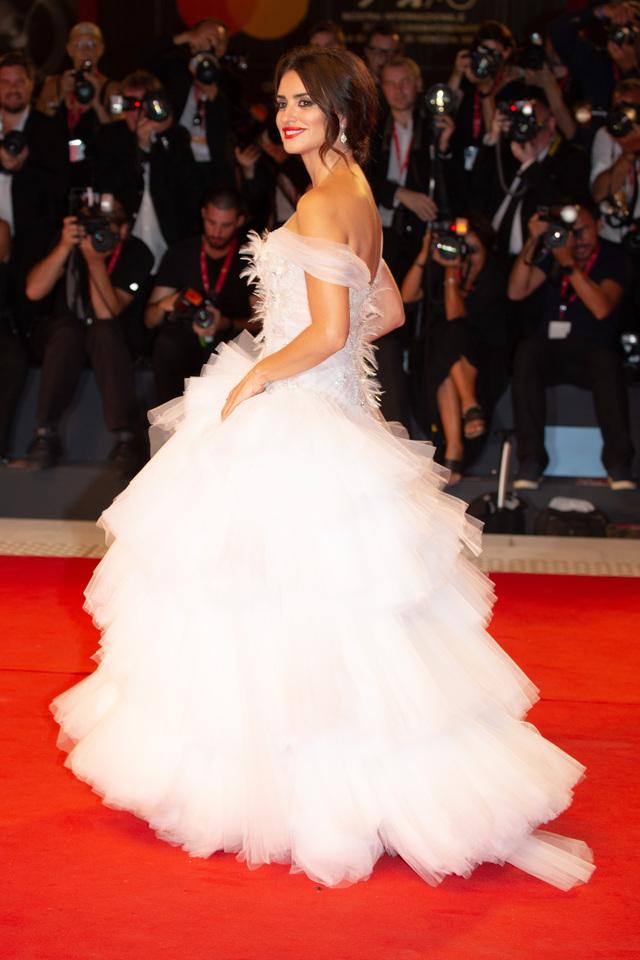 まるでウェディングドレスのような白い衣装で登場のペネロペ・クルス。イタリア・ベネチア映画祭の赤絨毯にて。