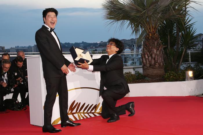 カンヌ映画祭で韓国初のパルムドールを受賞して喜ぶポン・ジュノ監督