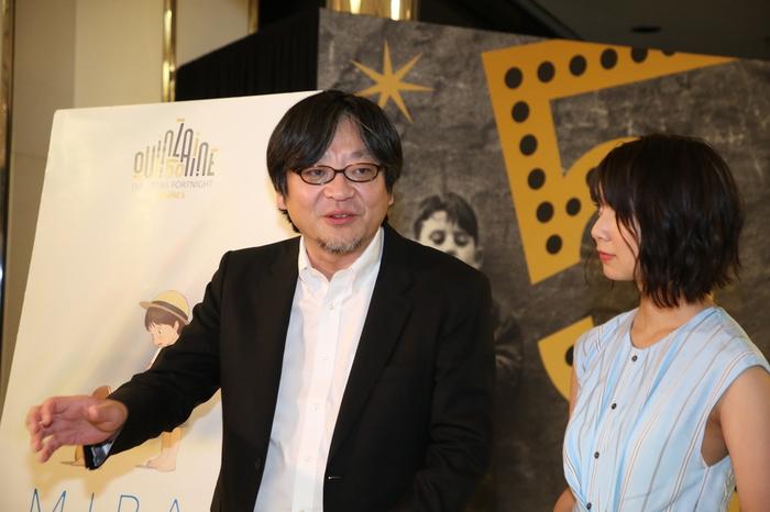 「未来のミライ」のカンヌ映画祭監督週間部門で上映後の記者会見で語る細田守監督と上白石萌歌