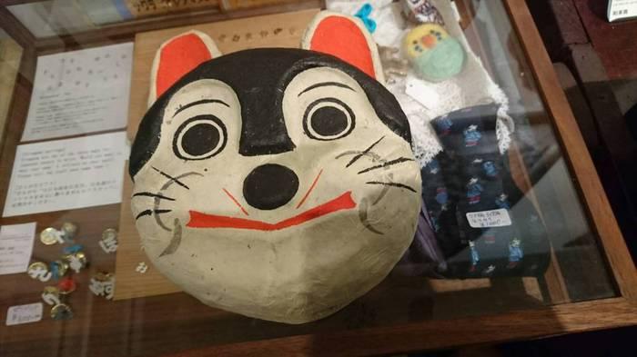 昭和の家からでてきた戌のお面。レトロな色合いでかわいい。