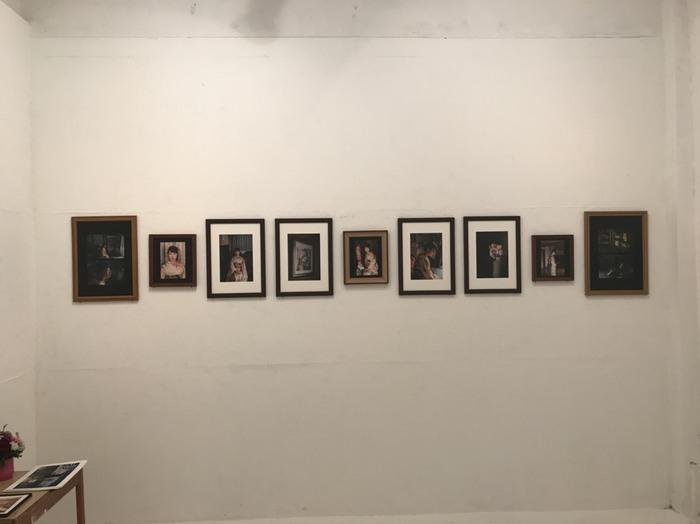 渋谷のギャラリーの白い壁に撮りおろしの写真がプリントされ、額装されて並んでいる。意欲的な写真展。